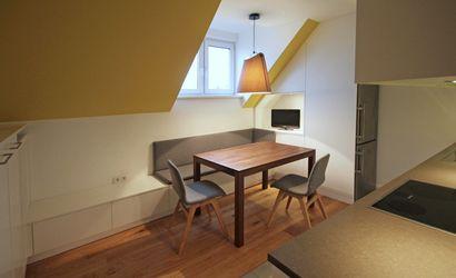 Unter der Dachschräge der Küche ist ein Lowboard über die gesamte ...