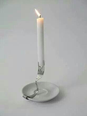 Un bougeoir avec une fourchette et une soucoupe - déco DIY