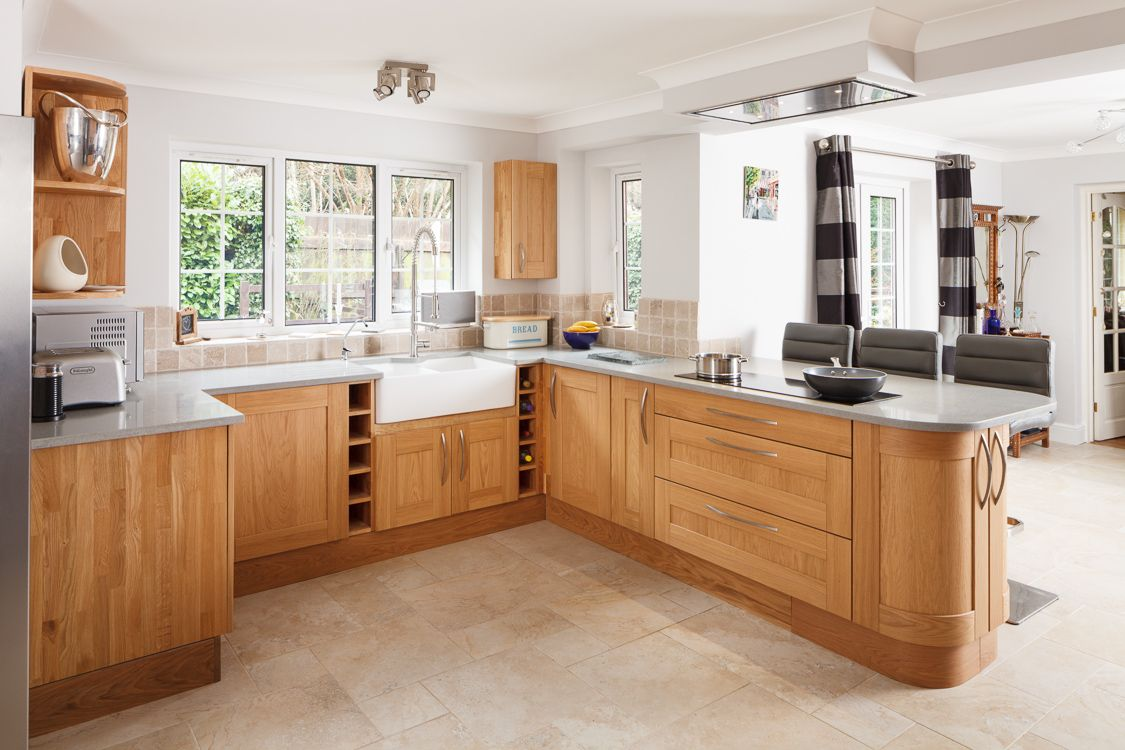 This Particular Solid Oak Kitchen Combines Modern Styling With Unique Accents Such As The Double Be Modern Oak Kitchen New Kitchen Designs Kitchen Dinning Room