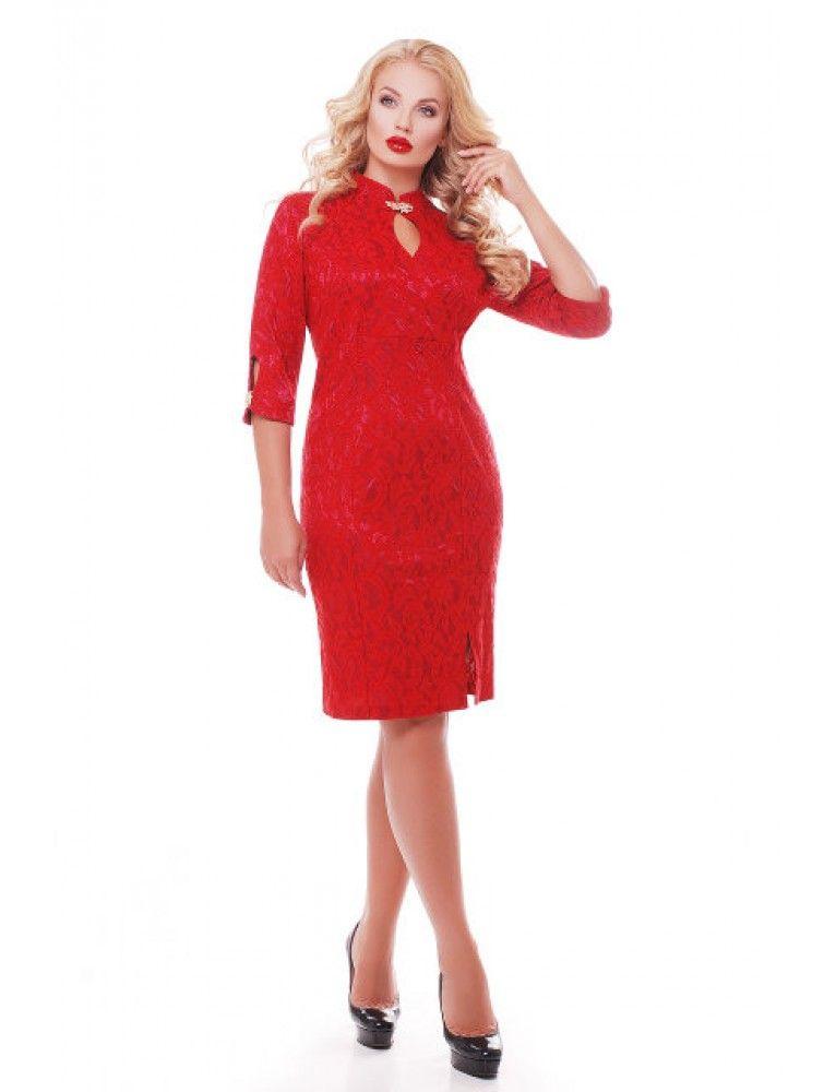 Вечернее платье большого размера прилегающего силуэта. Горловина дополнена воротником-стойкой и каплеобразным вырезом и съемной фурнитурой. Рукава, длиной 3/4 дополнены так же каплеобразным вырезом и декорированы фурнитурой. Спереди платье дополнено небольшим разрезом. Рост модели 174 см, размер 52