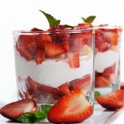 Mascarpone met aardbeien! Met bodem van verkruimelde bastognekoeken en flinke scheut amaretto door de mascarpone crème nog lekkerder!