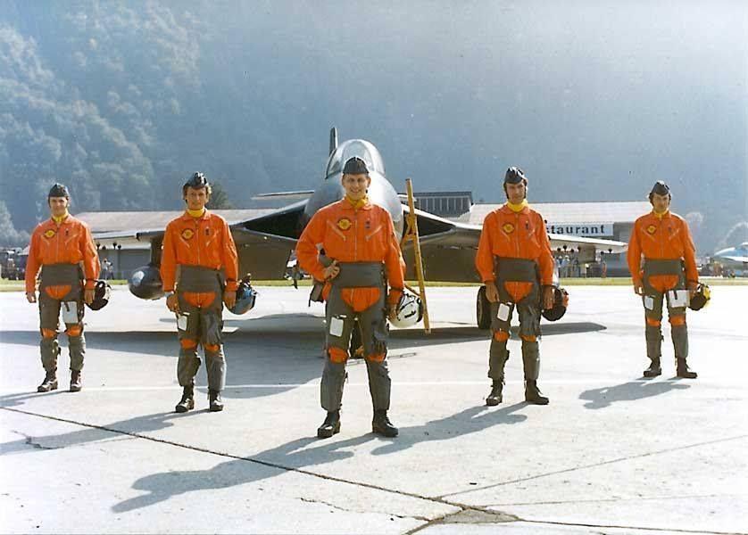 Die Piloten der Patrouille Suisse 1974 in Meiringen: Rudolf Wicki (vorne) war damals Kommandant Hptm Rudolf Wicki. Ab 6 Uhr erinnert er sich zurück an seine Zeit bei der Patrouille Suisse. (Bildquelle: VBS)
