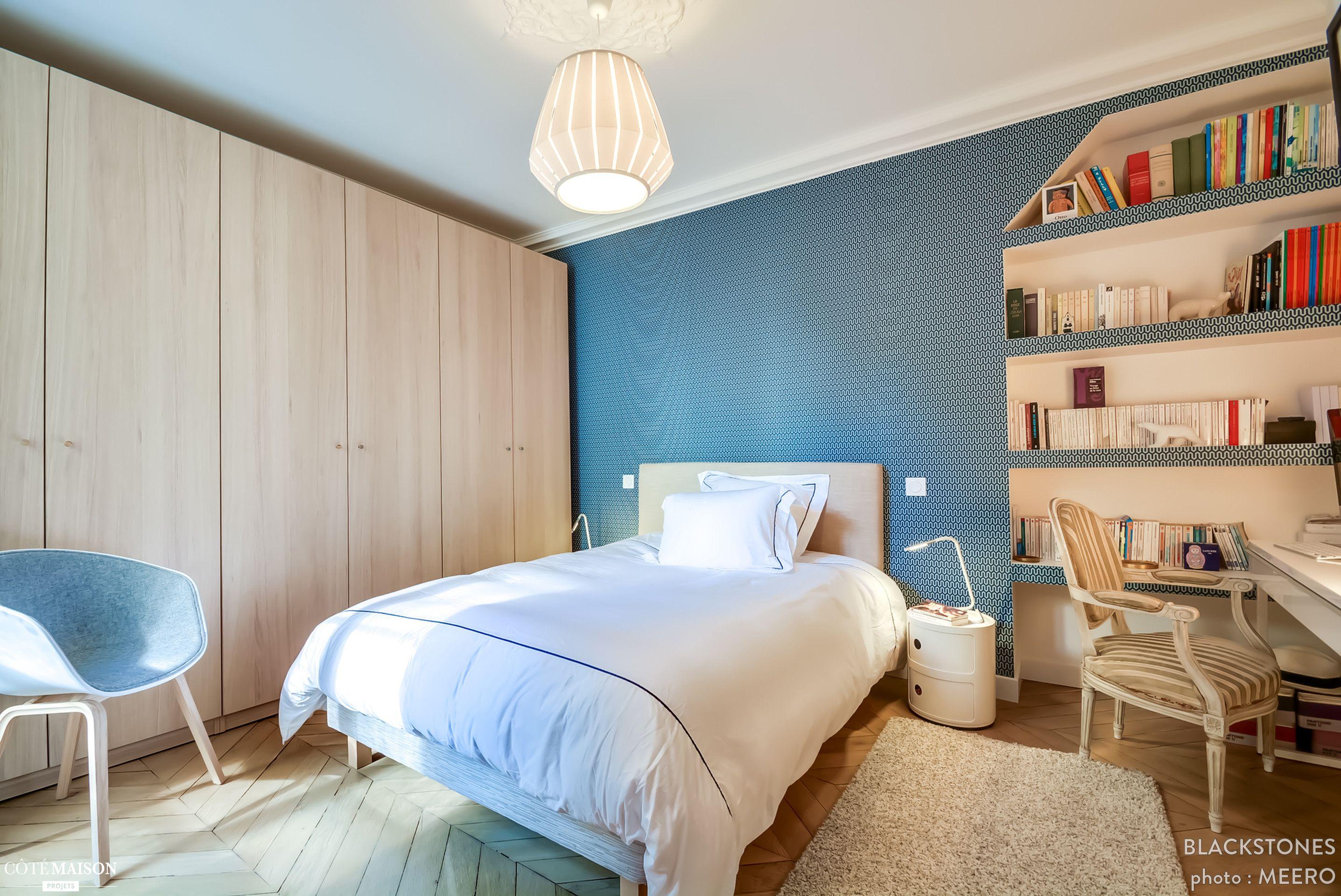 tapisserie bleu g om trique et parquet point de hongrie dans la chambre parentale murs color s. Black Bedroom Furniture Sets. Home Design Ideas