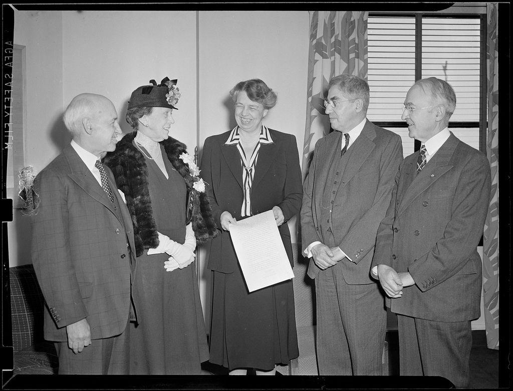 Frau F. D. Roosevelt im Hotel Statler über Pläne für eine Kundgebung der Vereinten Nationen.