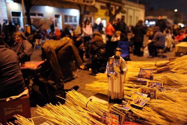 Miles de personas ingresan al santuario de San Cayetano - lanacion.com