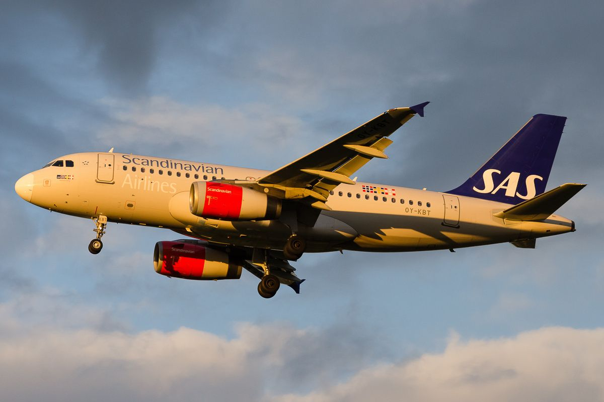 Scandinavian Airlines Sas Airbus A319 131 Oy Kbt Ragnvald Viking On Final Approach To Vienna Schwechat May 2016 Sas Airlines Aviation Airplane Airlines