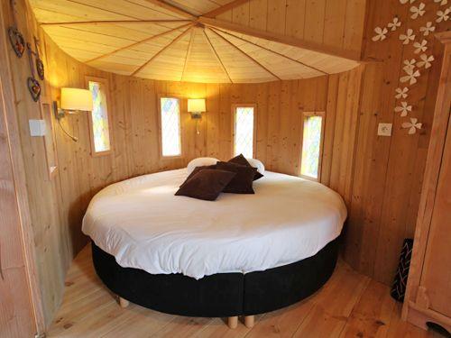 quercus cabane install e dans les arbres avec un lit rond 2 personnes une douche hammam. Black Bedroom Furniture Sets. Home Design Ideas