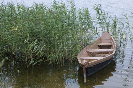 träbåt över floden av sjön