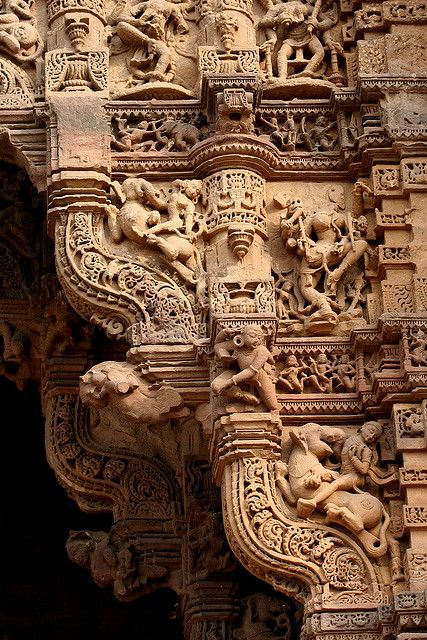 Stone carvings of one of the four gates of Dabhoi (Gujarat), India. http://www.shivohamyoga.nl/ #india