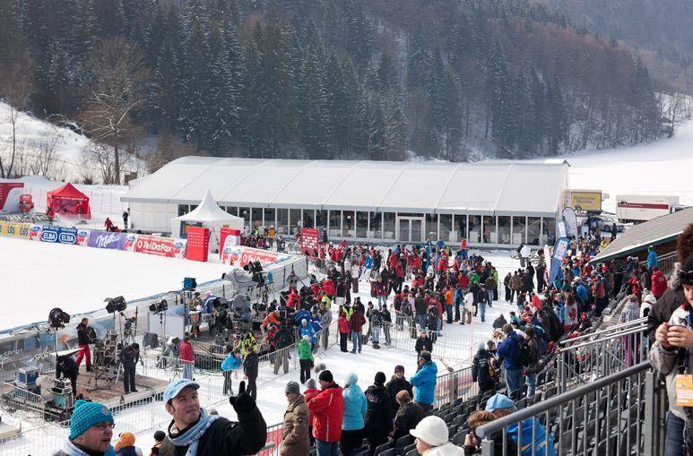 Veranstaltungszelt mit einem Rundbogendach - Wintersport #Sportevent #Großzelt #Eventzelte