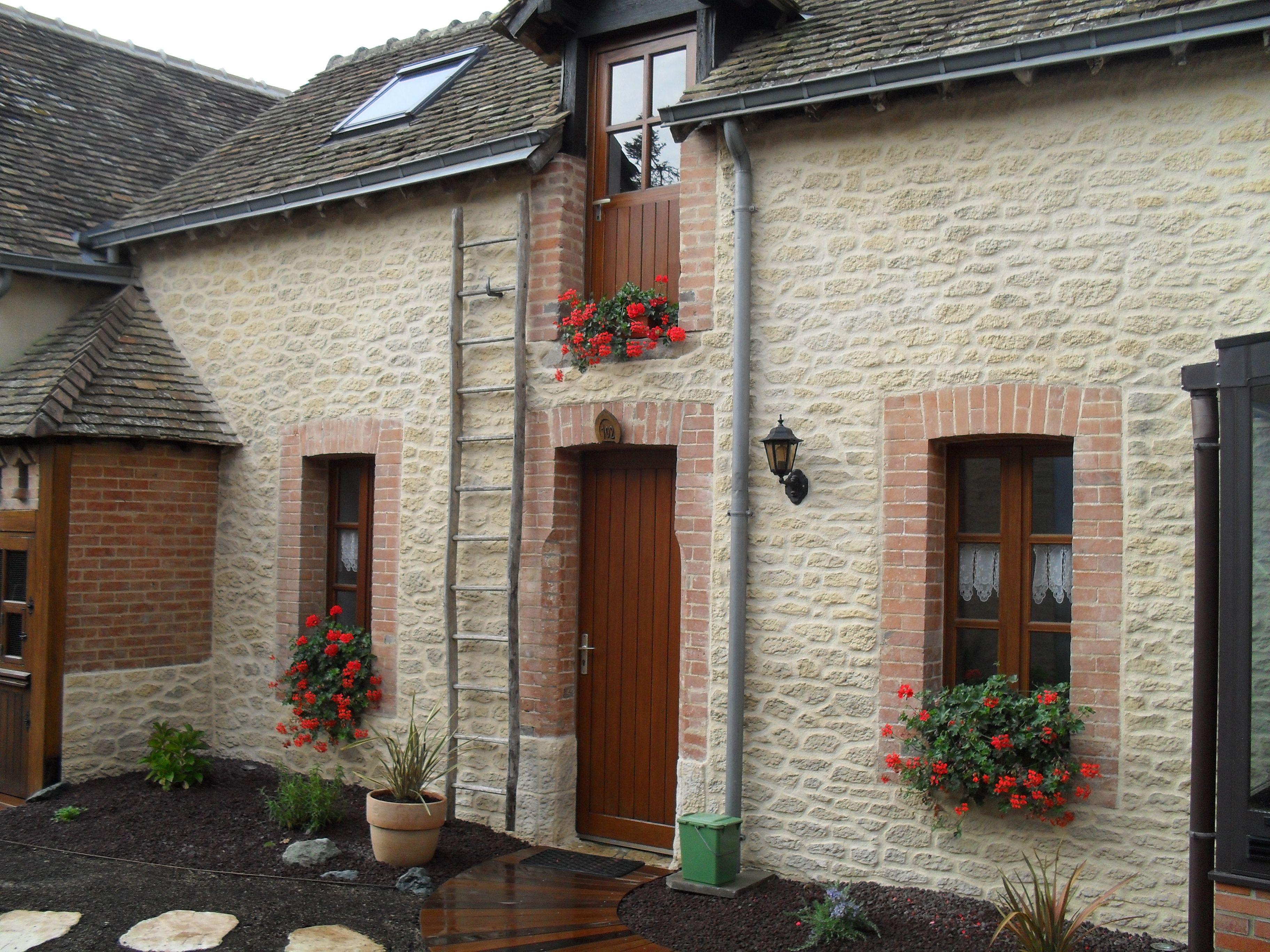 mignonne petite maison de campagne au ravalement de façade imitation
