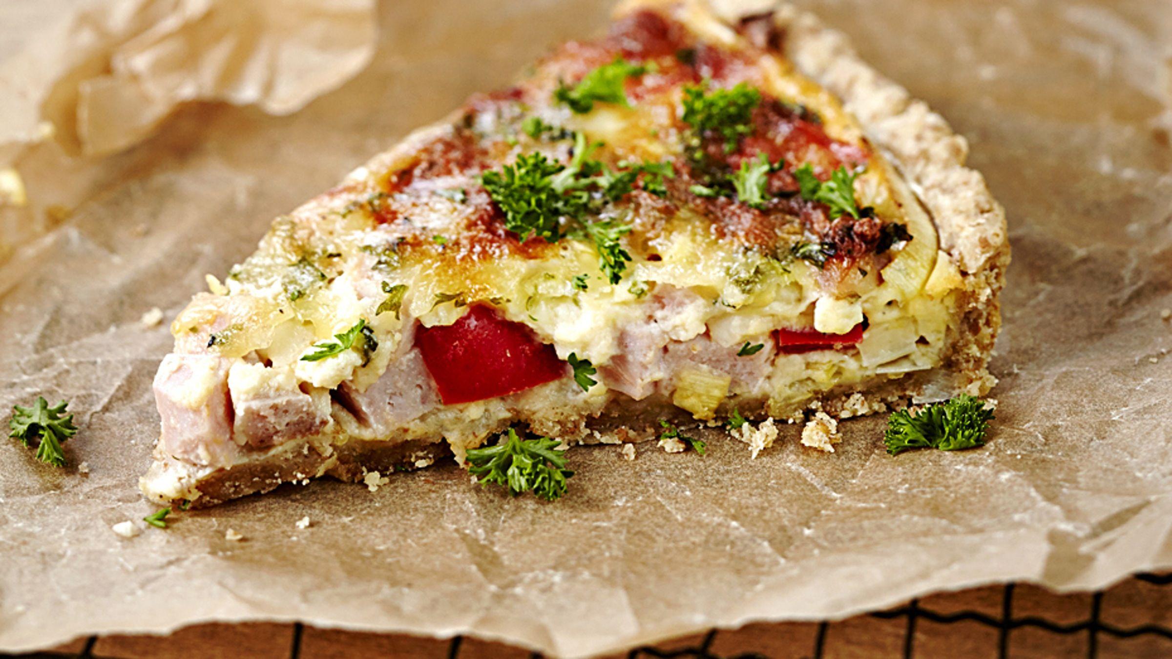 Kinkkupiirakka on monenikäisen suosikkipiirakka, joka maistuu iltapalana tai illanistujaisissa.
