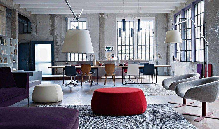 déco industrielle, table en bois massif, pouf bas rouge, tapis gris