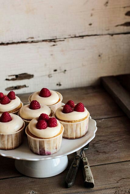 Lemon, cheese and raspberry cupcakes