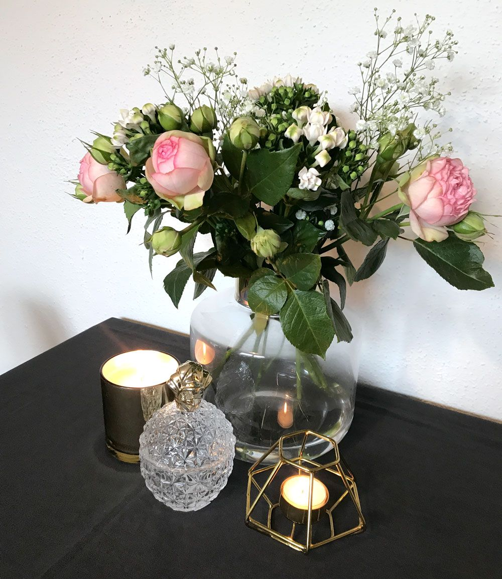 Passendes für die neue Vase  Wie schmückt man eine edle Vase mit Goldrand,? Natürlich mit Rosen. Die Vase habe ich bei H&M Home entdeckt und war begeistert, schlicht und schön geformt. Denn auch Blumen möchten angemessen in Szene gesetzt werden, um das Zuhause zu verschönern. Rosa Rosen und Phlox, eine tolle Kombination.