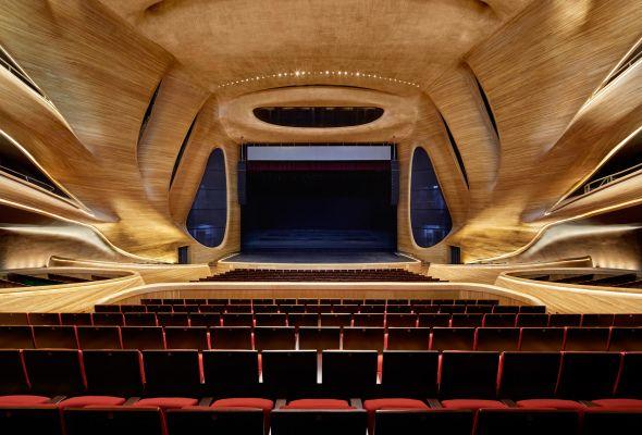 Continuando con la tradición de crear increíbles Palacios de la Ópera como el de Sidney, China cuenta con una impresionante estructura capaz de competir con la Opera House de Sidney o bien con el Metropolitan Opera House de la ciudad de Nueva York .
