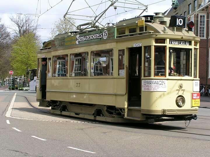 Vandaag ( Koningsdag 2-16) reden er in Den Haag weer oude trammetjes rond.