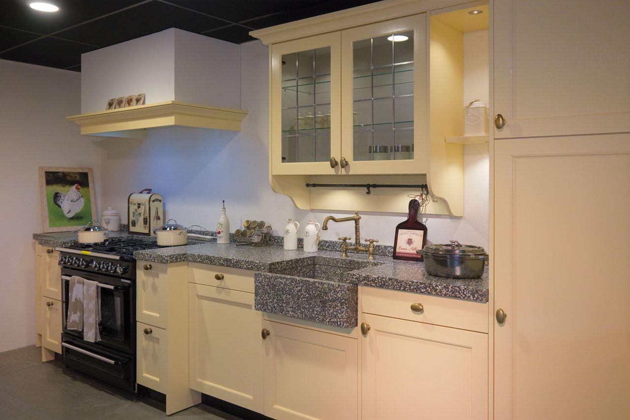 Landelijk Geel Keuken : Antiek gele keuken brink landelijke keukens
