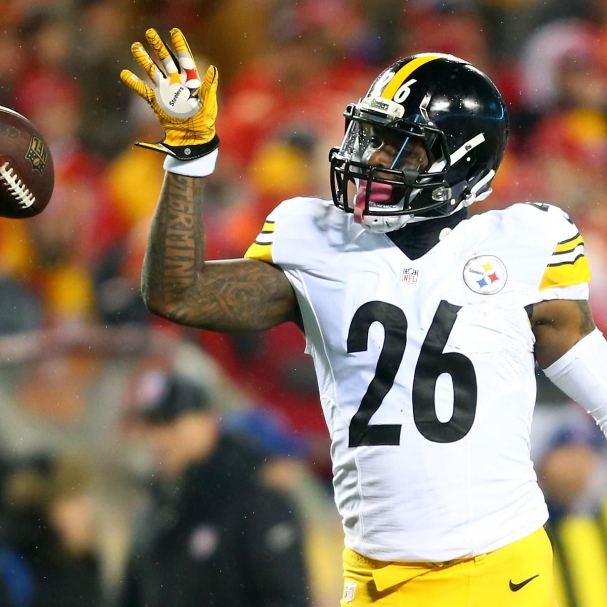 Le'Veon Bell Reports to Steelers After Holding out over