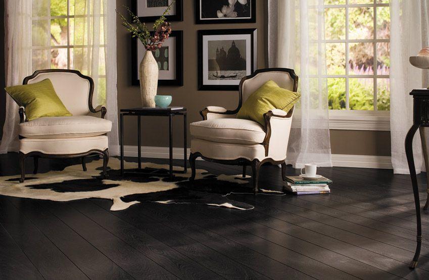 Gekleurd Vinyl Vloer : Een houten vloer in donkere houtsoort of donkere gekleurd geeft