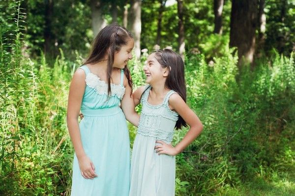 Tiffany blue sisters | Summer outdoor family session | © Lucy Dennis Photography