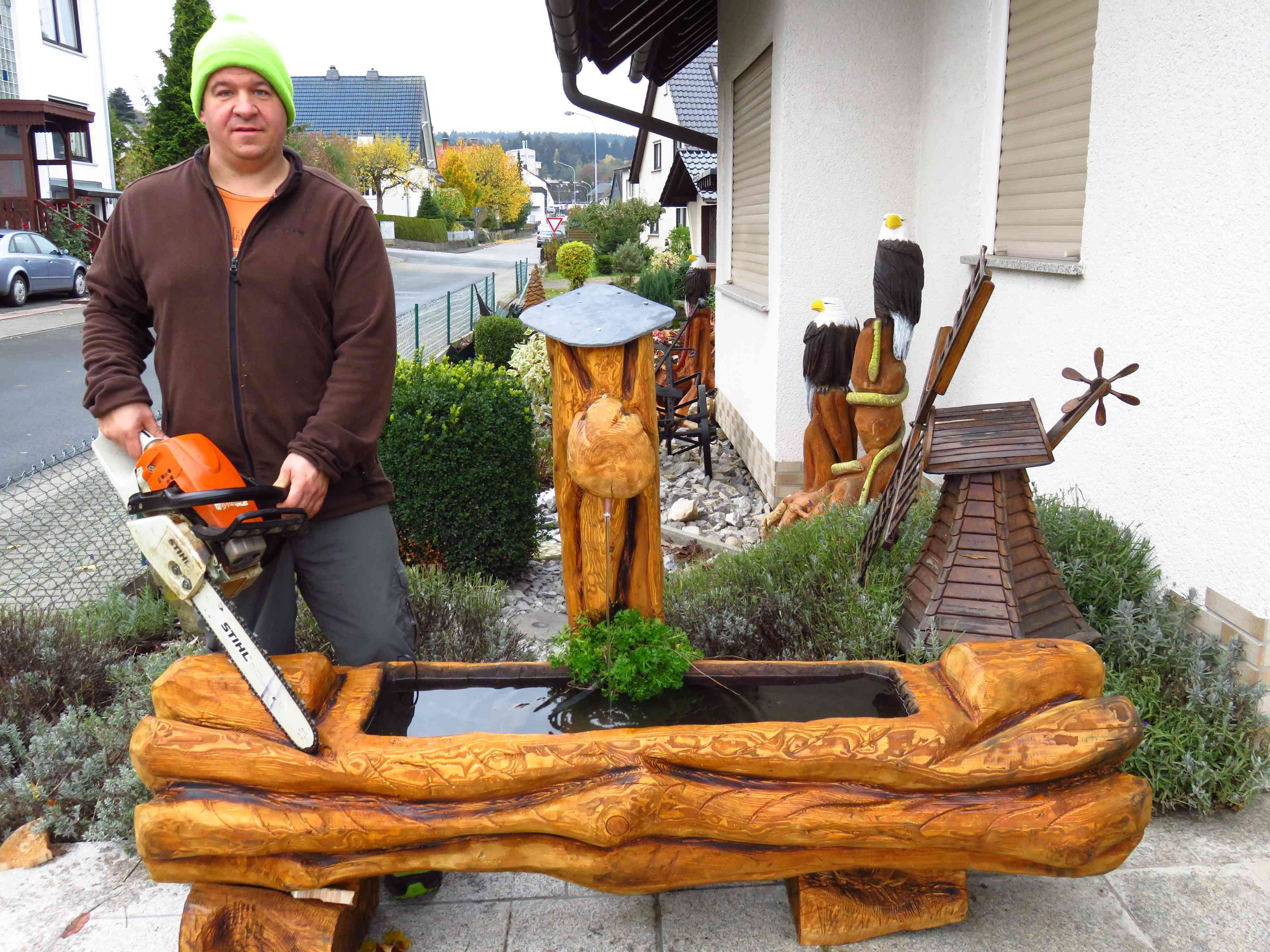 holzbrunnen mit der motors ge geschnitzt chainsaw woodcarving made by larscarving see you on m. Black Bedroom Furniture Sets. Home Design Ideas
