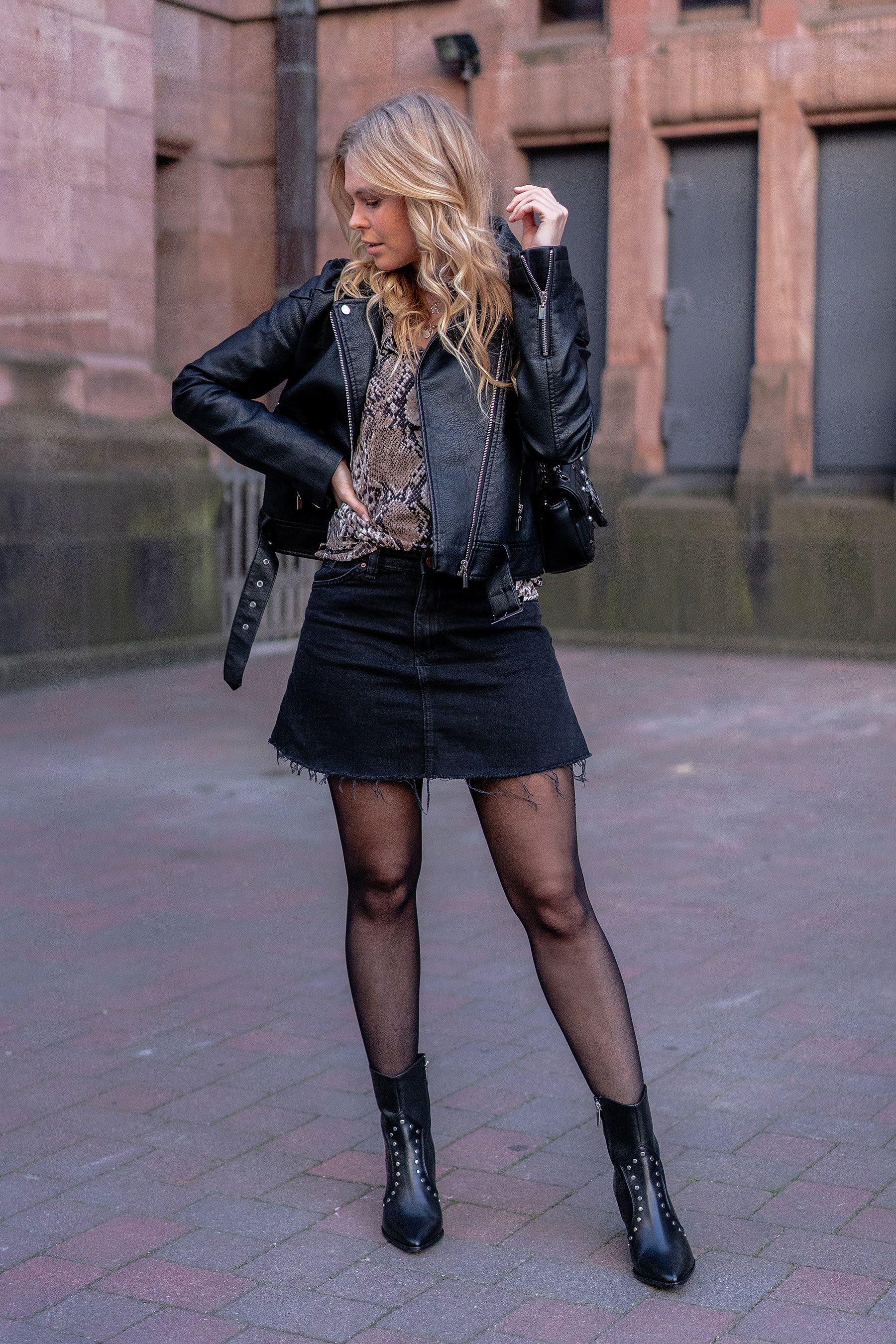 Outfit: Cowboy Boots & Snake Print Bluse - Fashion Blog » Sunnyinga