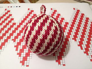 "Photo of Julekuler – ""Zuckerstange"" (candy cane) pattern by Jasmin Malekpour-Augustin"