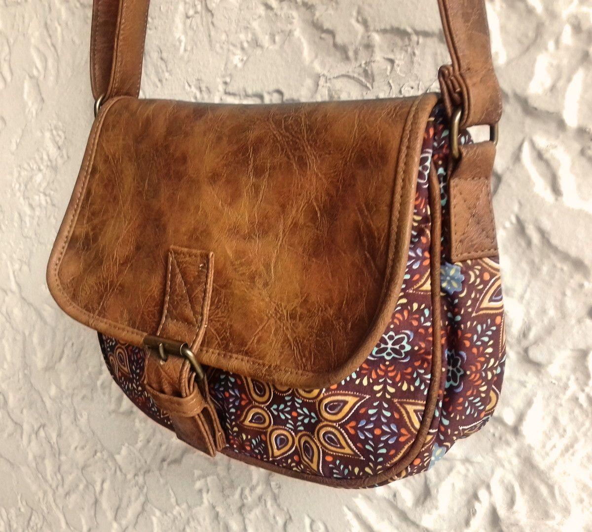 de092d9a1 Bolsa tiracolo em tecido estampa folk, dublado 100% algodão e tampa em couro  ecológico