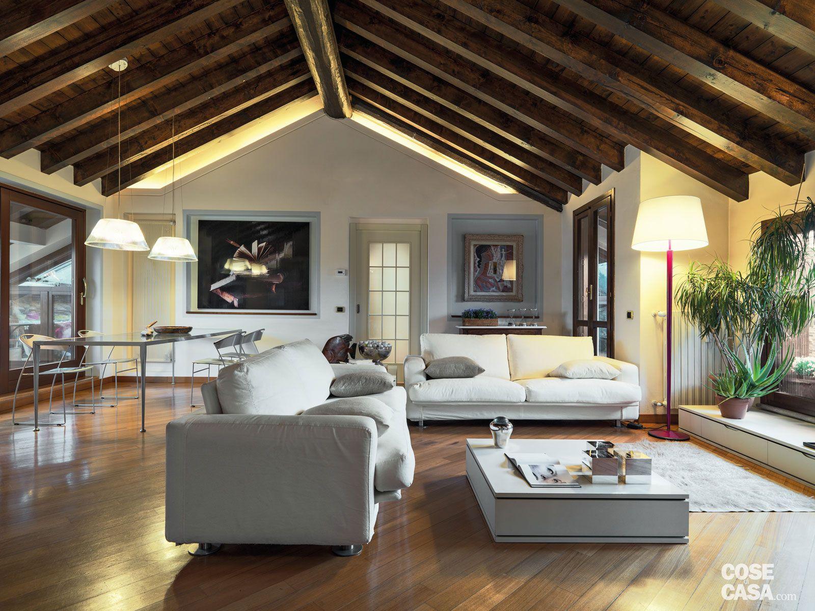 Un sottotetto con personalit eclettica mansarda for Architettura interni case
