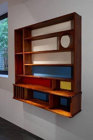 1951 Charlotte Perriand - Bibliothèque à compartiments en mélèze, à fonds colorés.