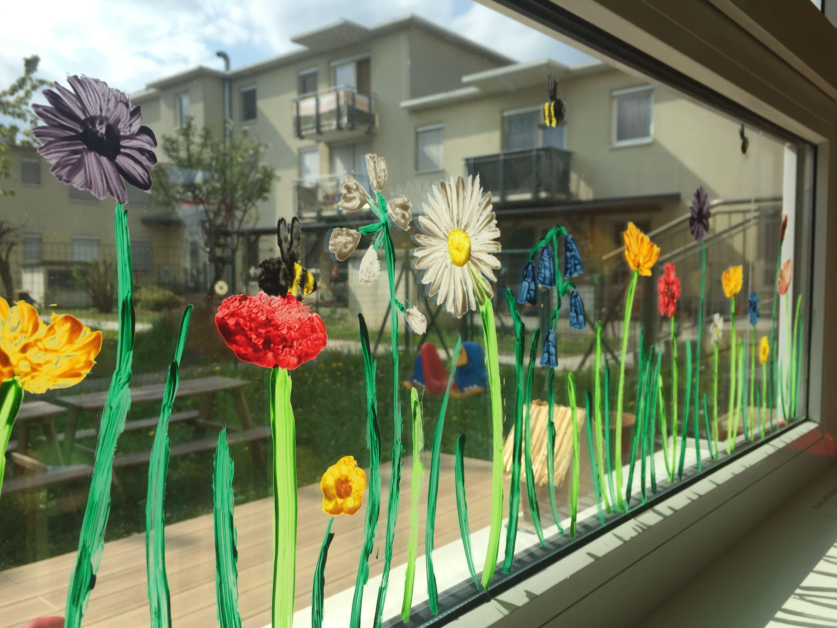 Fenster Deko Frühlingswiese mit Blumen im Kindergarten