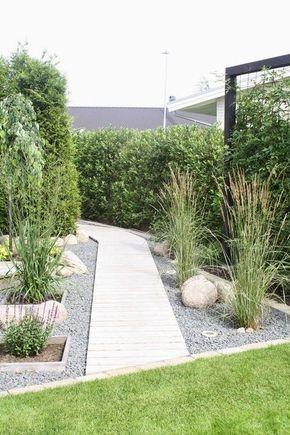 Kurzen und breiten Gärten tun hohe seitliche Begrenzungen sowie eine