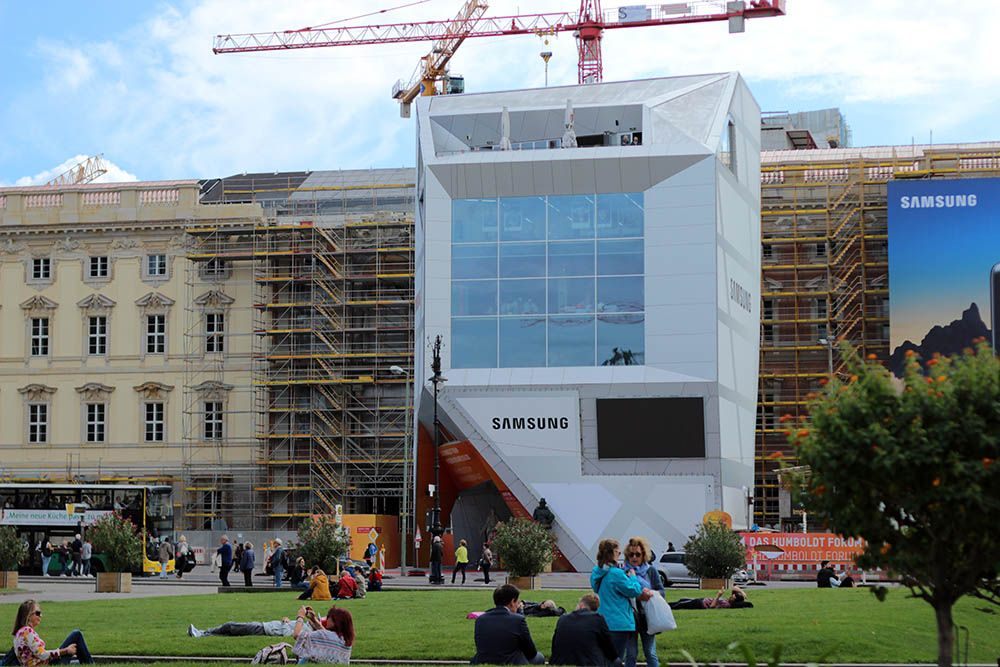 The Humboldt Box Is A Temporary Futuristic Building In The Heart Of Berlin Facing The Site Of The Old City Palace Humboldt Berlin House Styles