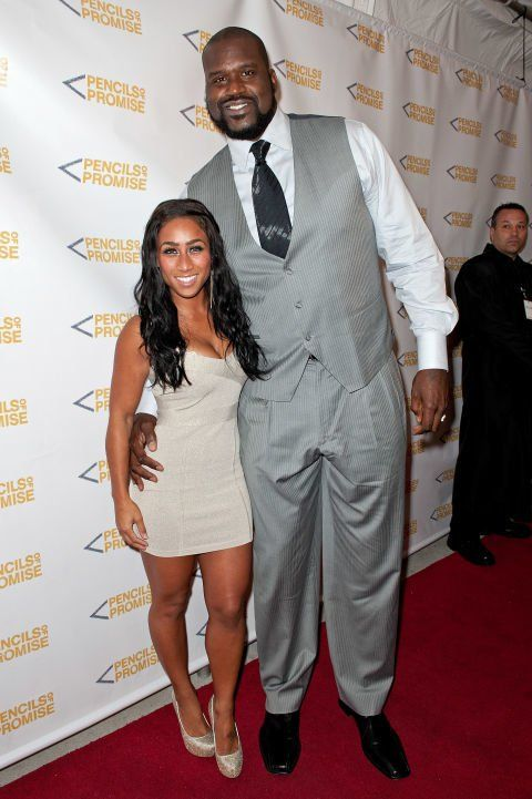 Shaquille O Neal At 7 Feet 2 Inches Towers Over His 5 Foot 2 Inch Former Girlfriend Nicole Hoopz Alexander Tall Guys Shaquille O Neal Nicole Alexander