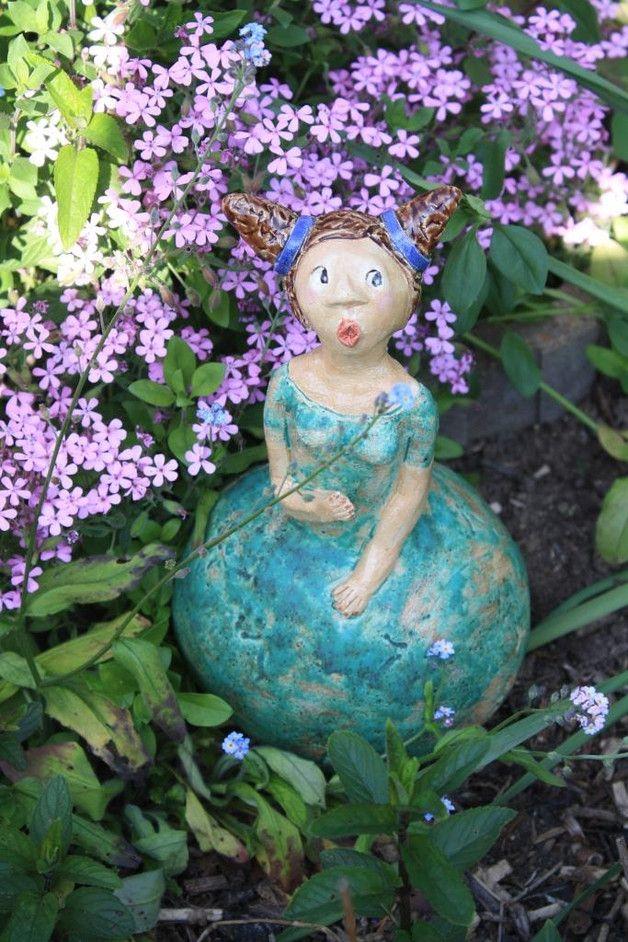 Greta Ziert Ein Romantisches Platzchen In Deinem Garten Oder Bereichert Dinen Balkon Mit Ihrer Lieblichen Und Topferarbeiten Gartendeko Figuren Gartenskulptur