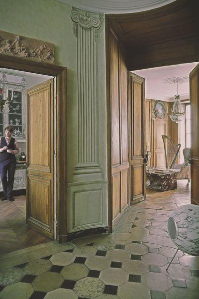 Vue de lu0027entrée, échappée sur la cuisine où se tient Frantz Wehrlé