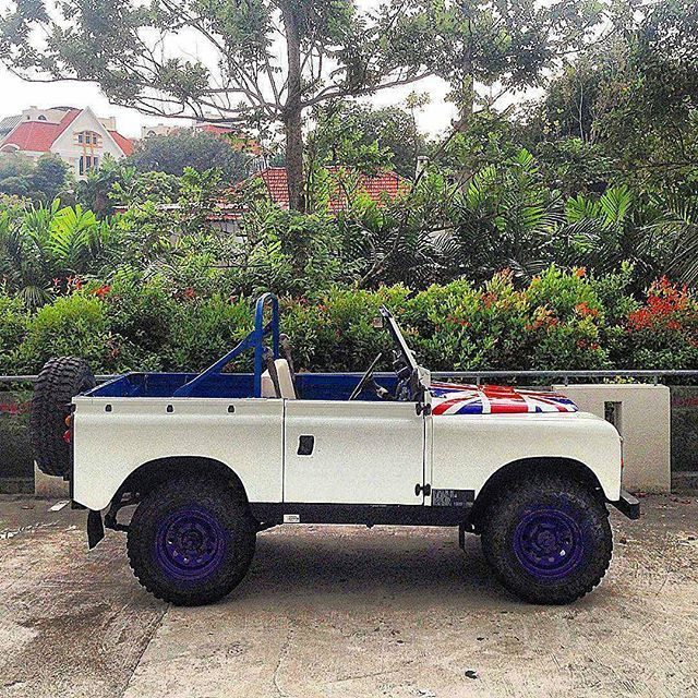 She always brings a story of adventure Courtesy of : @nycars from #singapore Tags : #landrover @landrover #landy #adventure #offroad #4x4 #nature #countryside #landscape #best4x4xfar #best4x4xfar #onelifeliveit #supercar #instacar #vintage #classiccar #beautiful #landroverjava #heritage #treasure #happy #outdoor #epic #awesome #dream #lovely #pretty #british #legend