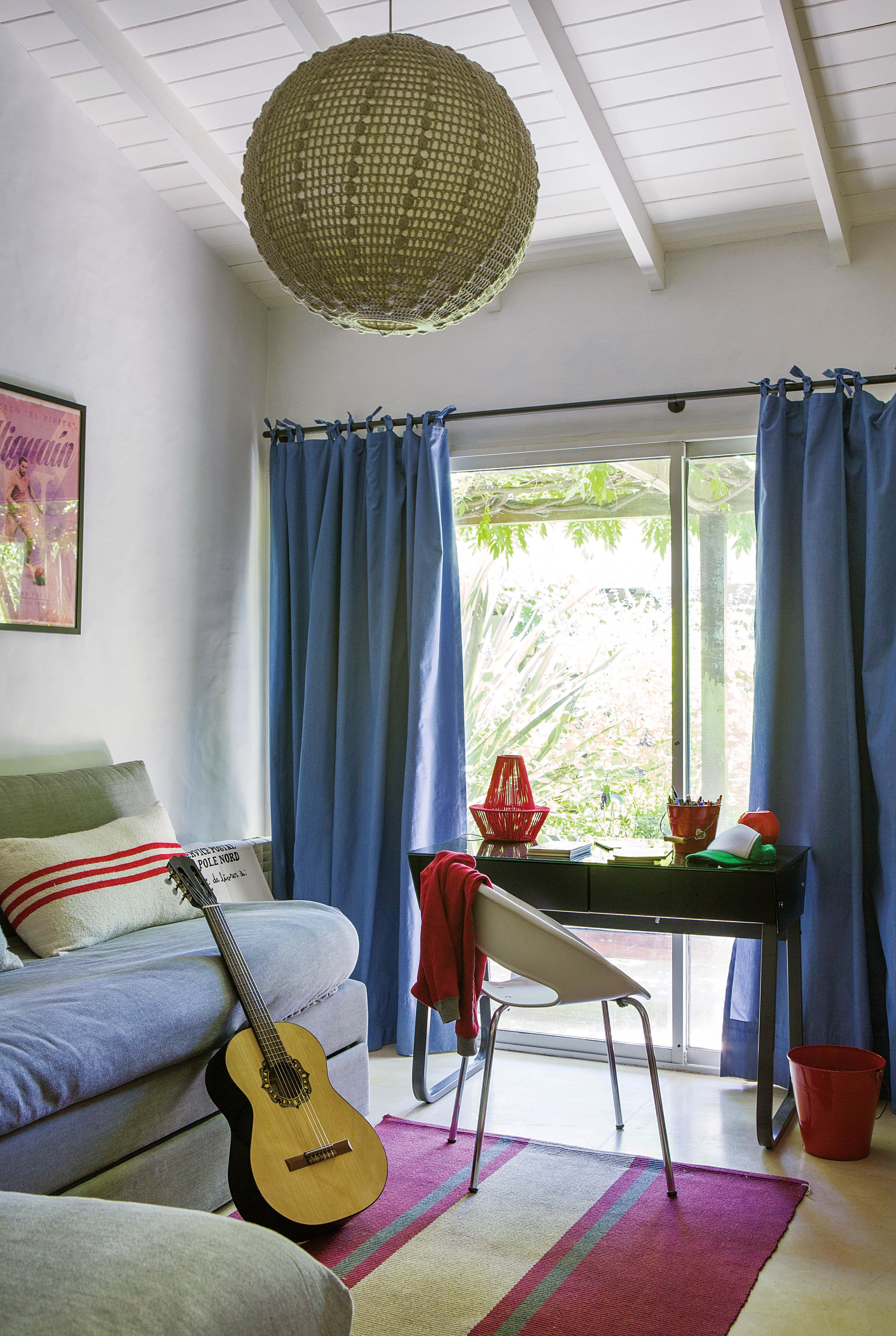Una casa en un country con aire tropical por dentro y por