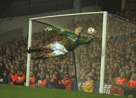 Peter Schmeichel er formentlig den bedste målmand siden 1980. Eneste rigtige konkurrent er vel egentlig Gianluigi Buffon. 393 kampe for Manchester United, og 739 klubkampe i alt. 4 danske mesterskaber, 5 premier league titler, 3 FA cup, 1 champions league og ét Portugisisk mesterskab blev det, bl.a. til for den store dansker. Desuden vandt han da også lige EM i fodbold i 1992.