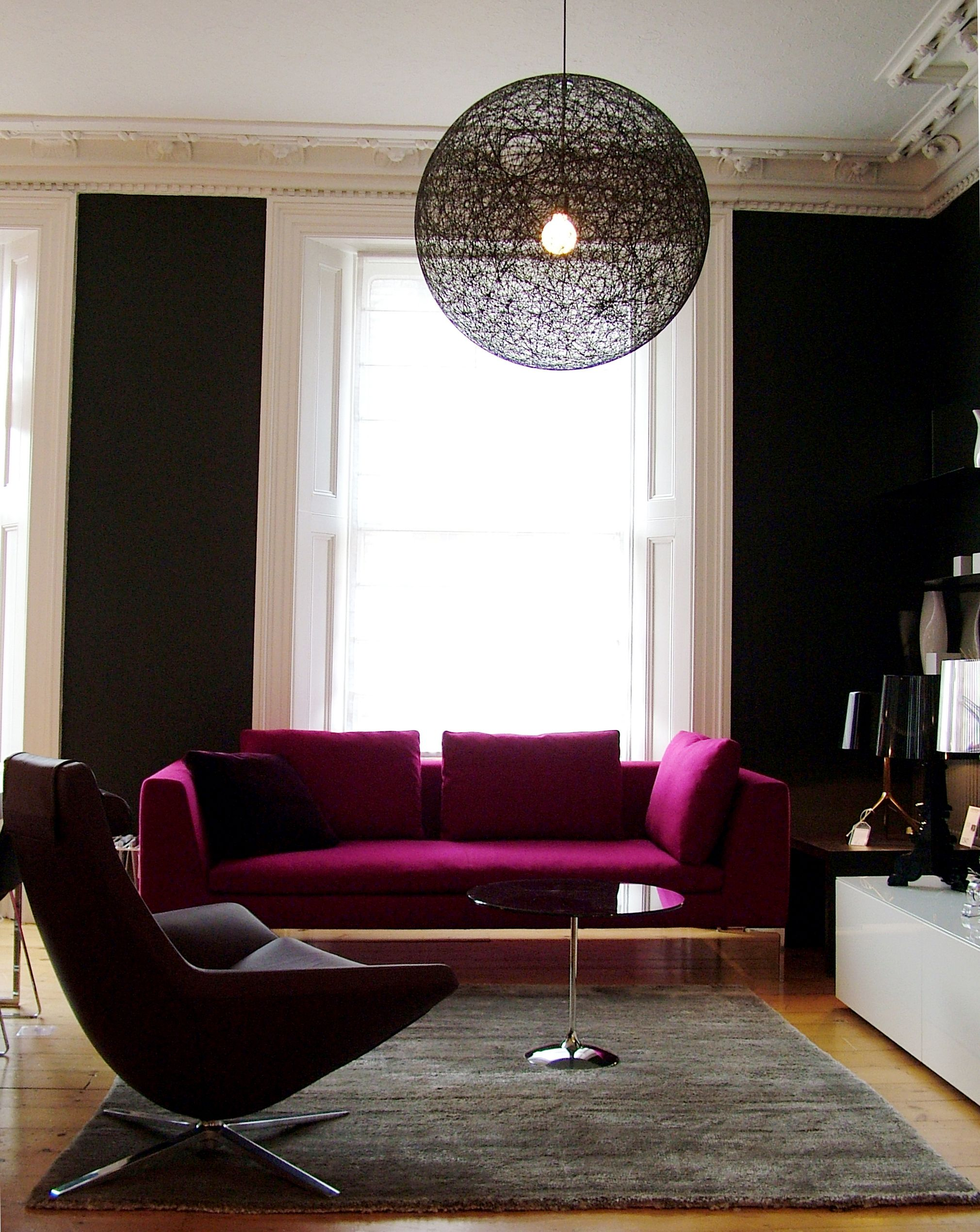 black walls, fuchsia pink sofa   Pink sofa, Living room ...