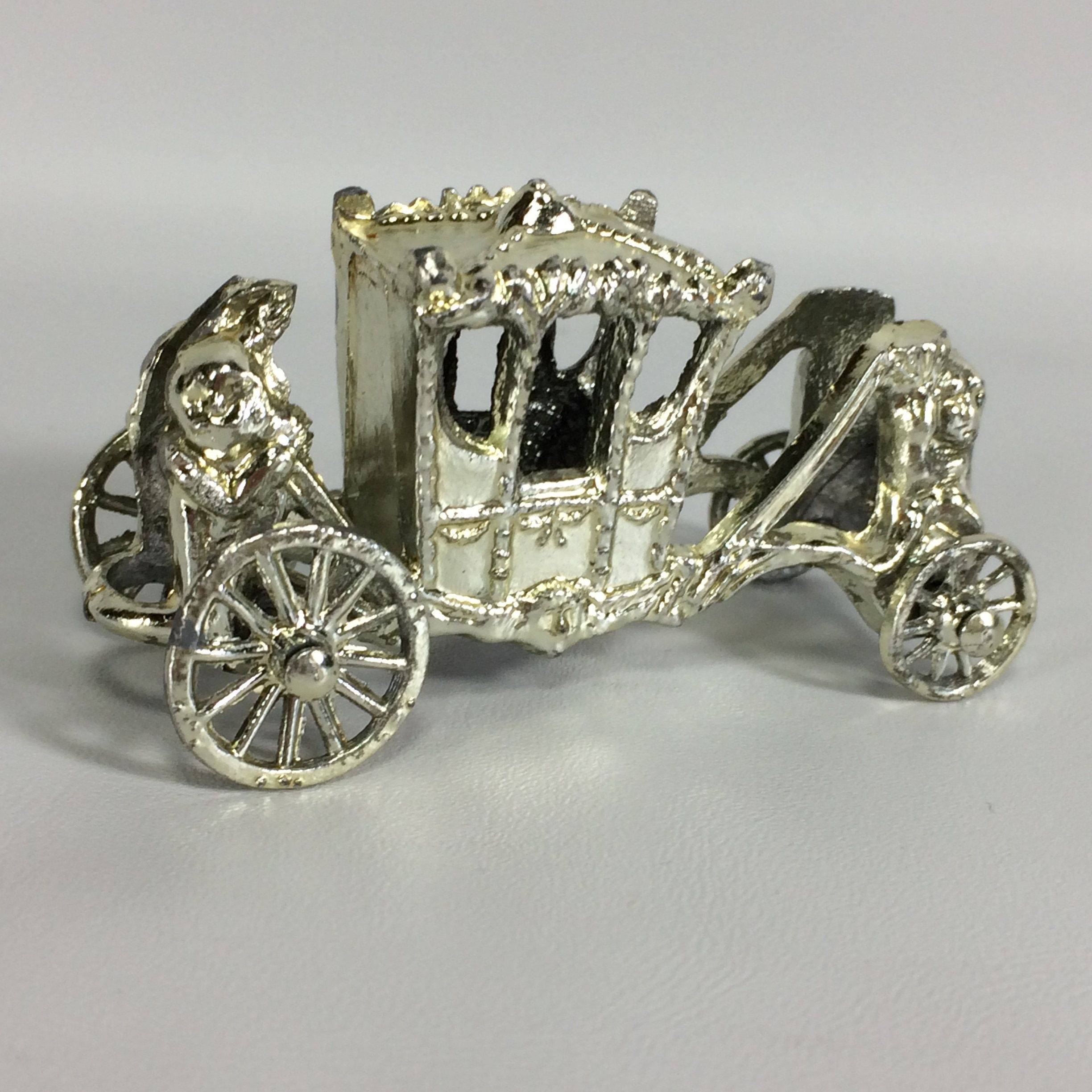 Vintage decorative metal carriage how