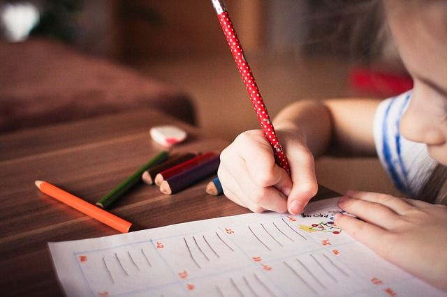 Niño escribiendo en su cuaderno