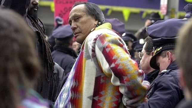 Russell Means, tras ser detenido en una de sus múltiples defensa de la causa de los indios