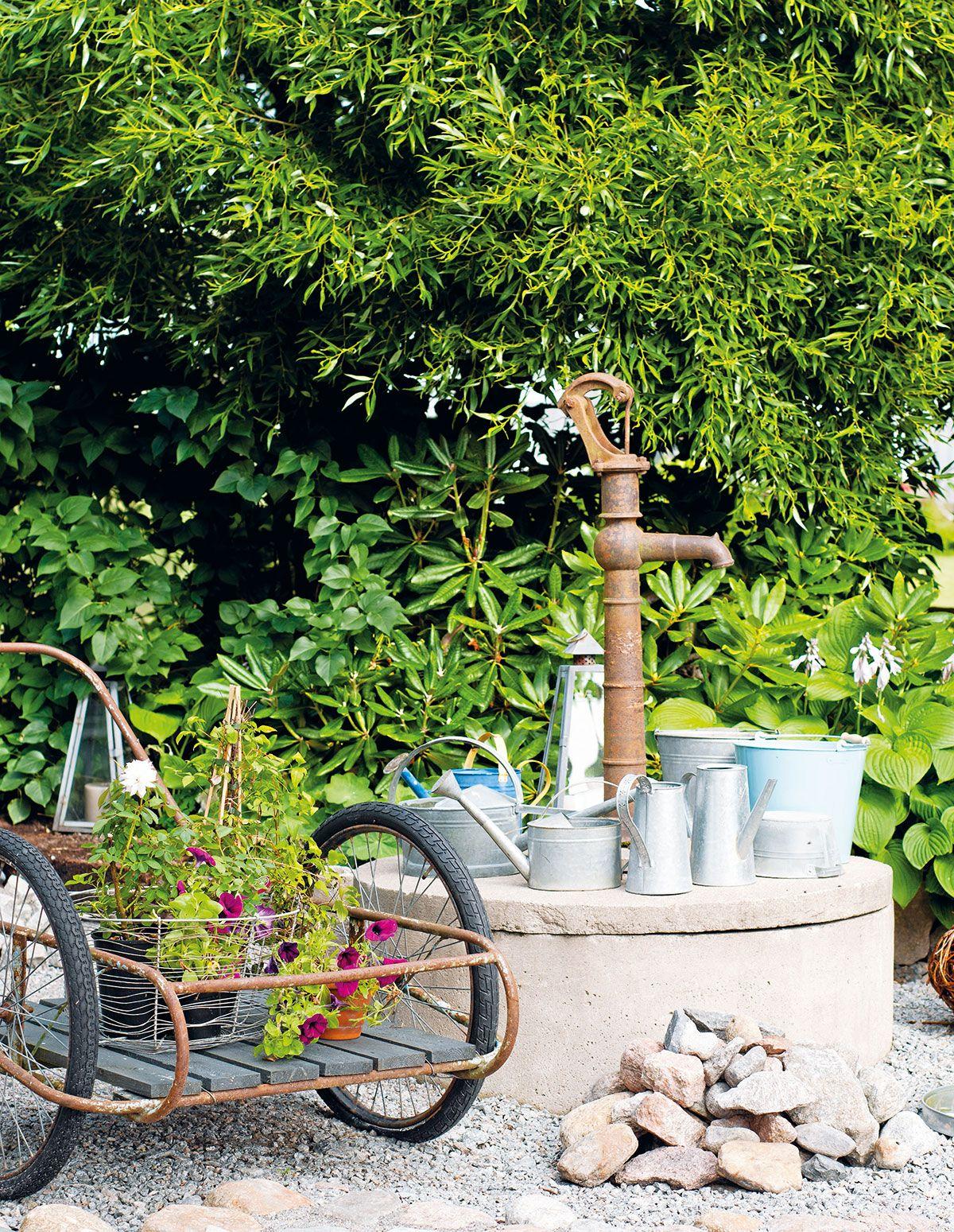 Kaivonkannella on kokoelma sinkkipeltisiä kastelukannuja ja emaliämpäreitä. Niitä täytetään kylmällä kaivovedellä. Ennen kuin vedellä kastellaan puutarhaa, vesi saa seistä kastelukannuissa, lämmetä ja hapettua.