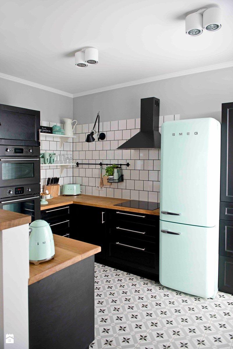 cuisine bois noir blanche sol carreaux de ciment mur carrelage metro