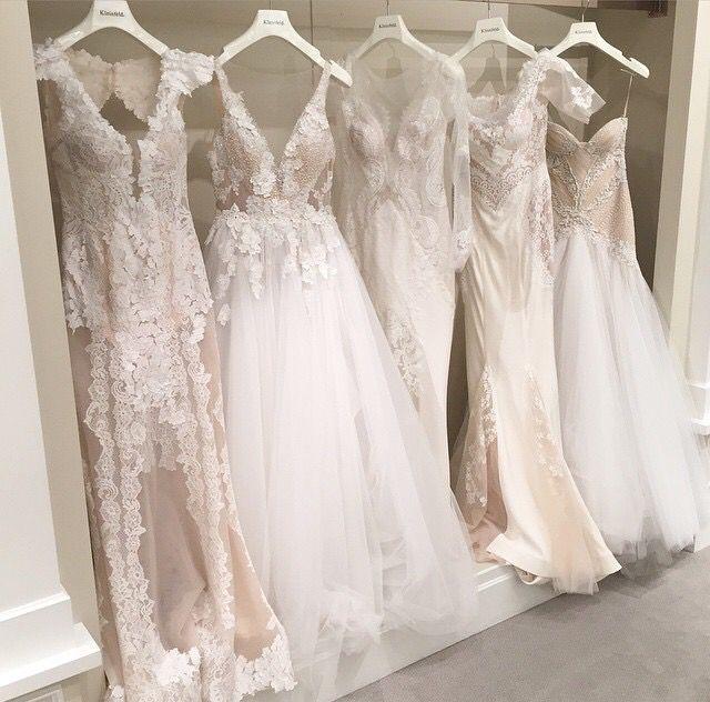 Den andra klänningen från vänster. Hur vacker!