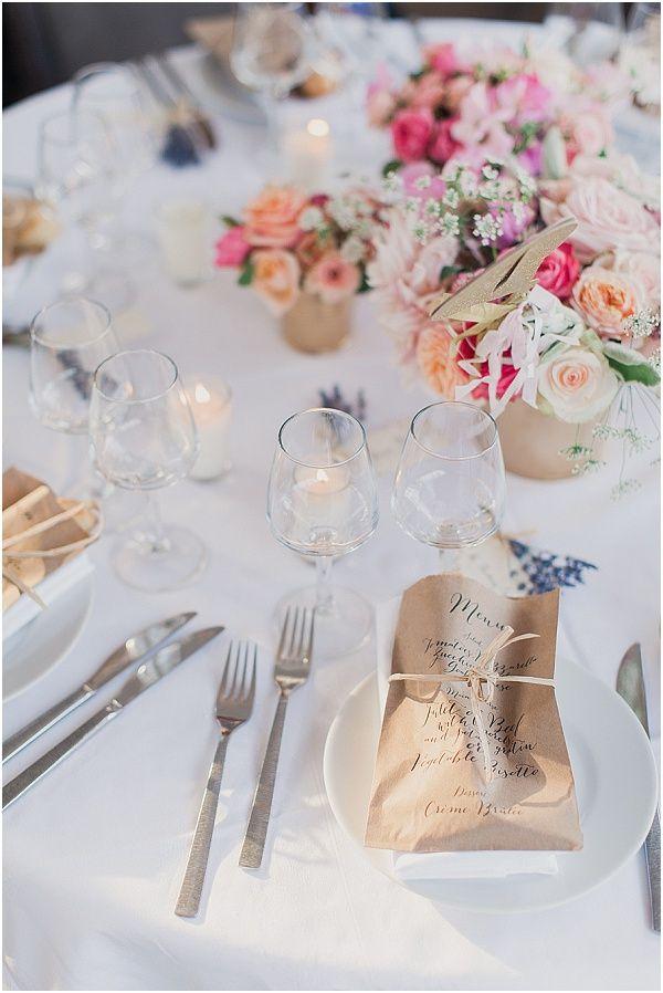 Zarter Hochzeitstisch im puristischen Stil.