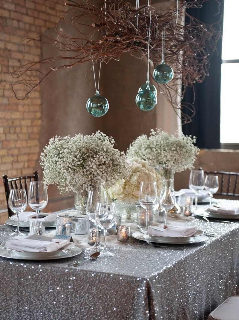 decoration de table glamour avec nappe pailletee et boules suspendues