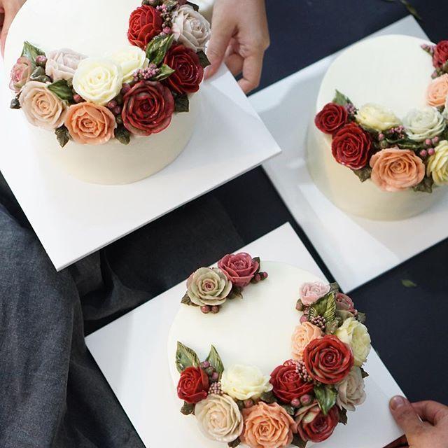 오늘도 역시 예뻐요 .  플라워 케익 첫번째 작품  basic class-1/studens work  #RKFA#RepublicofKoreaFlowercakeAssociation #flowercake#theflowercompany . . #BungaKue#鲜花蛋糕#jakartacake#jakartabaking#เค้ก#flowerstagram#ดอกไม้#wiltoncakes#bakingclass#cakedesign#cakeshop#theflowercompany#instacake#koreanbuttercream#koreanflowercake#플라워케이크#kursuskue#플라워케익#flowercake#Bangkokcake#CakesThailand#fukuokacake#福岡ケーキ #CakesThailand#fukuokacake#福岡ケーキ#삼성동케익#대치동케익
